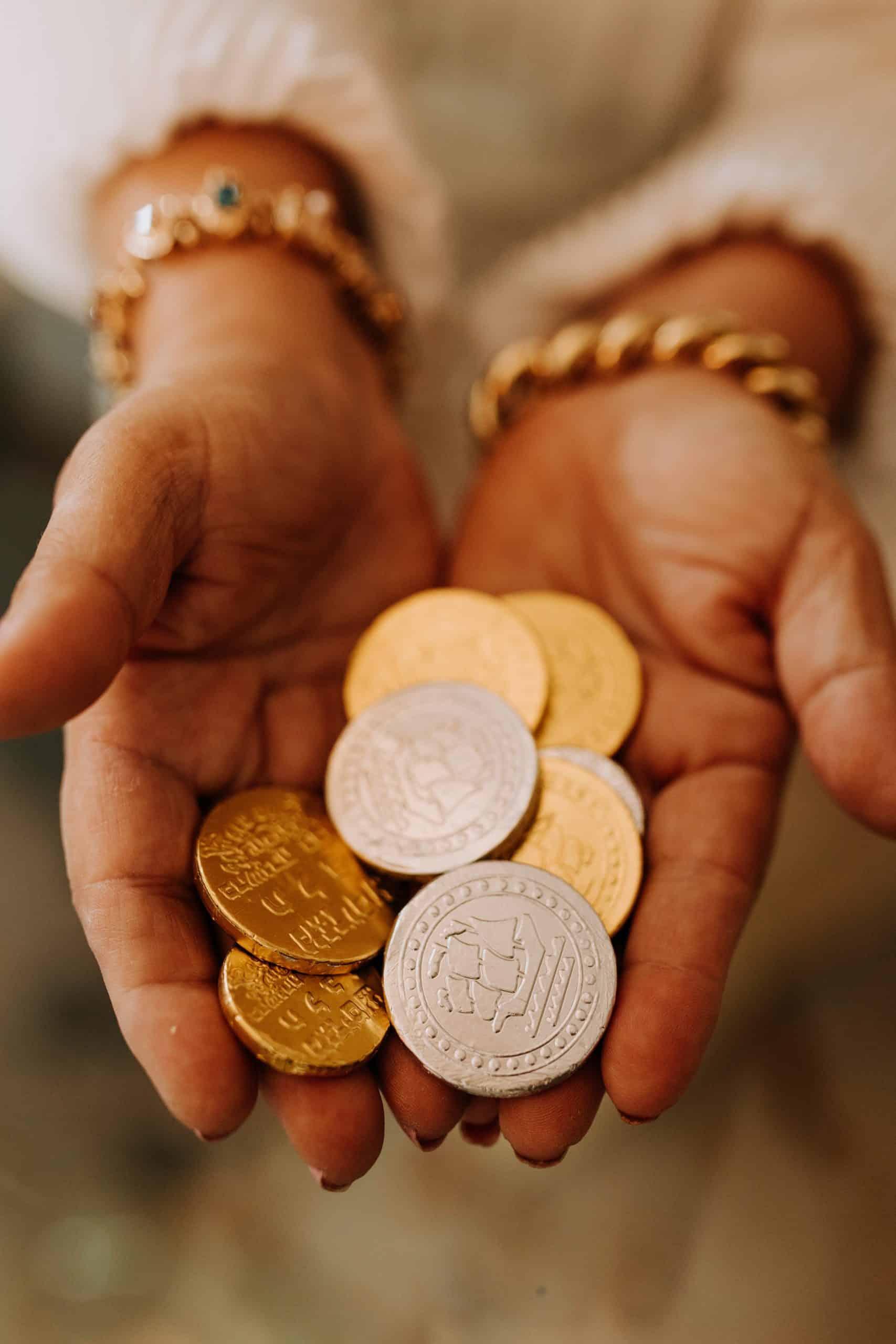monety na dłoniach